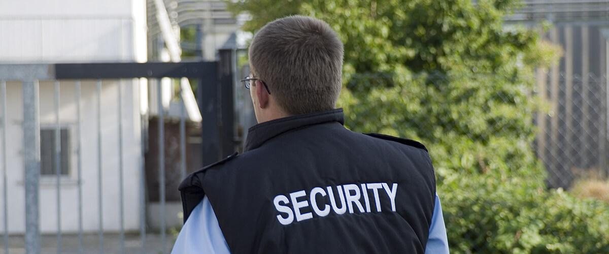 Sicherheitsmitarbeiter mit Security-Weste