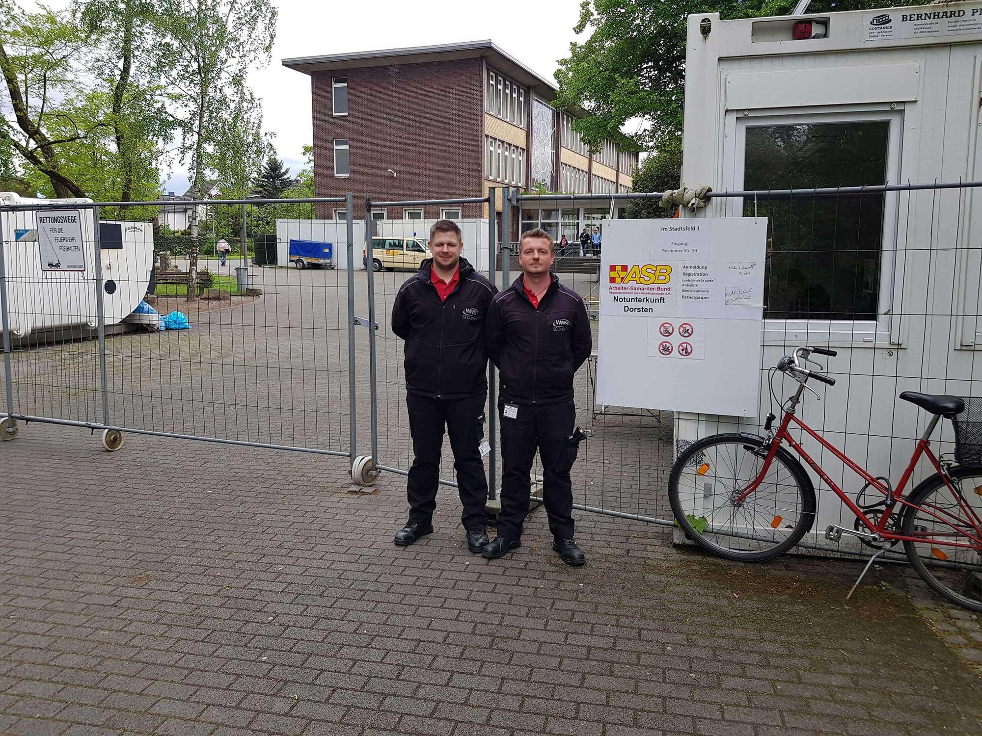 WWS-Team vor Flüchtlingsunterkunft