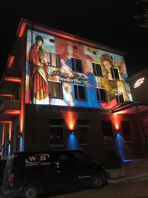 Das WWS-Gebäude wird beleuchtet.
