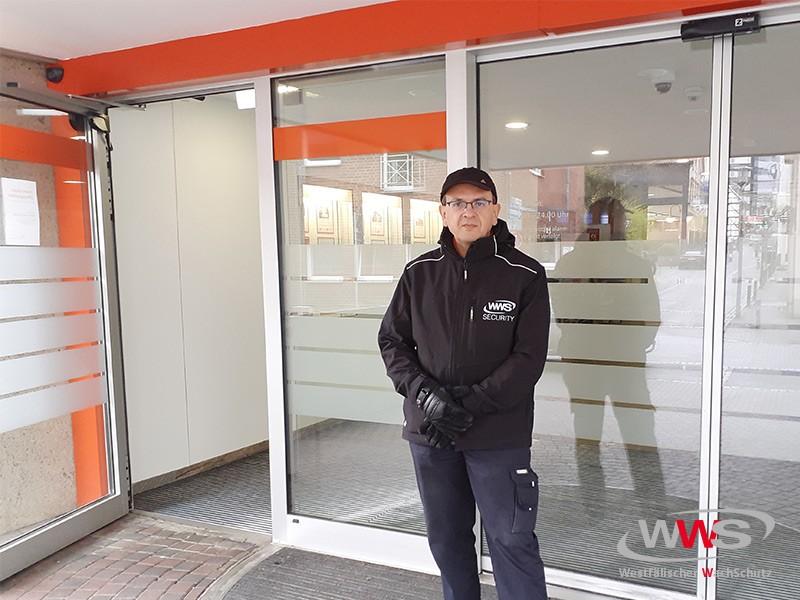 Mitarbeiter des Westfälischen Wachschutzes vor Bankfiliale